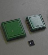 3軸力と温度を取得可能な小型触覚センサ(下)と指向性のある近接センサ(上)デバイス