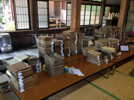 福島県の寺院資料調査での積み上がった古典籍の山!古い物では1300年代にまで遡るものもあります。